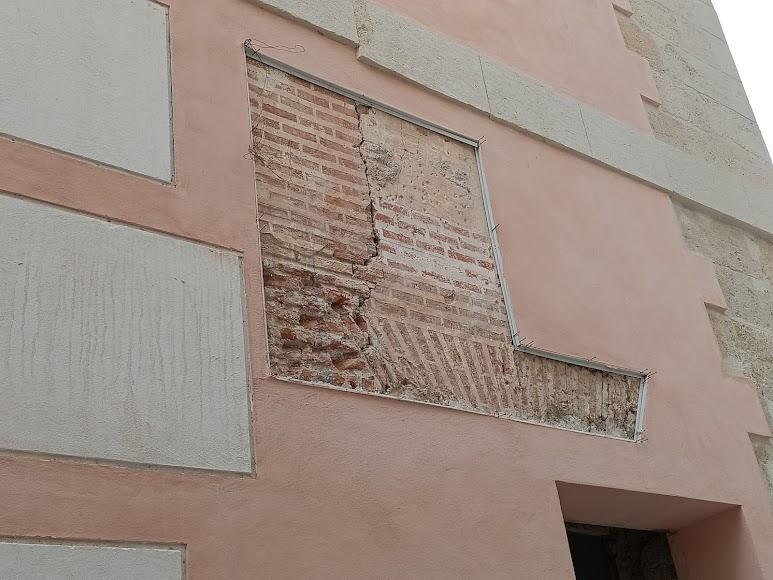 Detalle del revestimiento esgrafiado original de la fachada