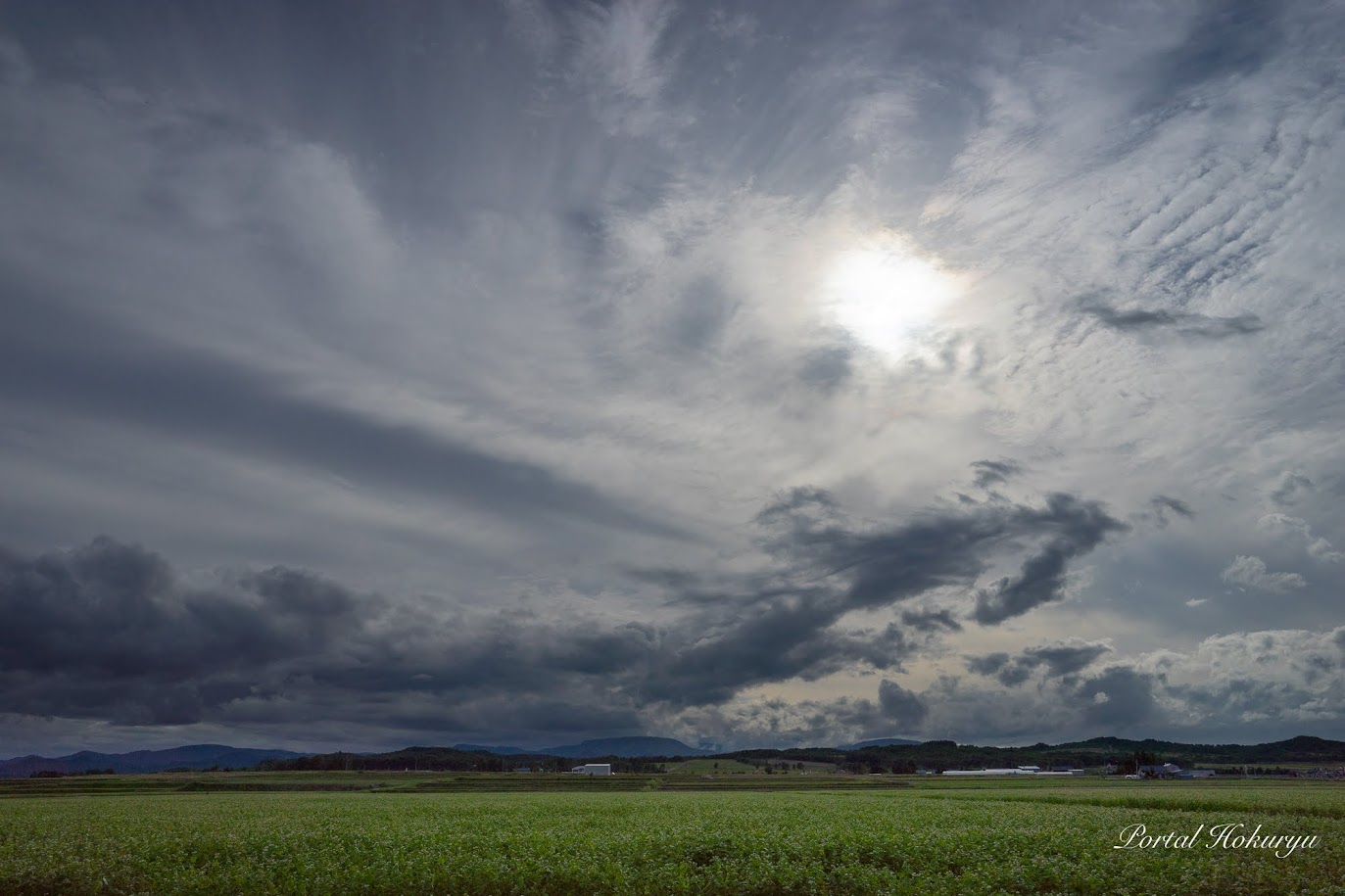暗雲の背後から差しのべられた希望の光