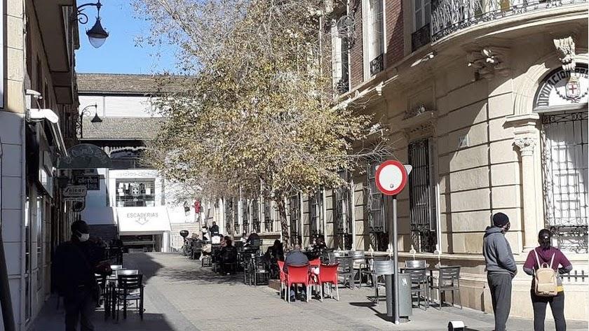 Terraza de un bar junto al Mercado Central de la ciudad