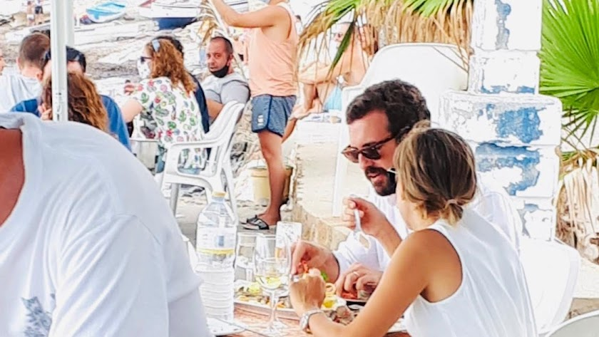 Pablo Casado y su familia saboreando la gastronomía del Parque Natural Cabo de Gata-Níjar en la Isleta del Moro.