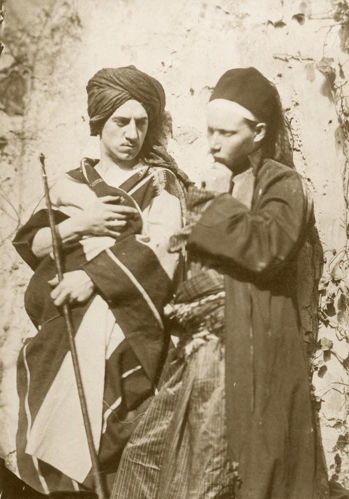 Auguste Bartholdi,Auguste Bartholdi et Jean-Léon Gérôme en costume oriental, 1855-1856. Photographie (épreuve sur papier salé, à partir d'un calotype négatif)