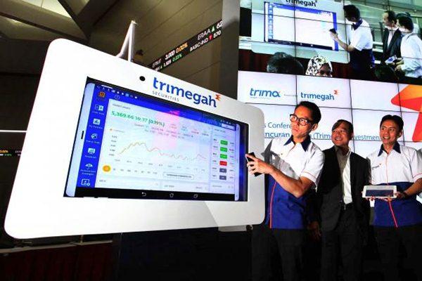 Direktur utama Trimegah sekuritas dan para stafnya dalam peluncuran aplikasi Trima