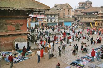 Photo: Am Abende beginnt der Markt für die Einwohner