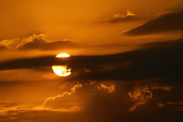 Palla di fuoco dietro nuvole di cenere di Dreamliner84