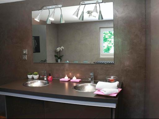 murs salle de bain en béton ciré