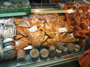 Photo: Фрагменты витрин с копченой рыбой. Вот эти вот раскрытые тушки - это скумбрия копченая с чесноком.