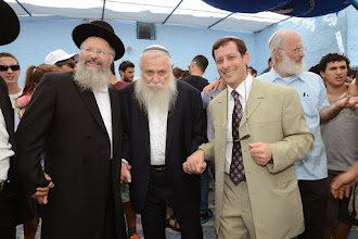 Photo: הרב חיים דרוקמן רוקד עם הרב שמואל אליהו ורפאל עבו ממשיך המסורת בדור השישי