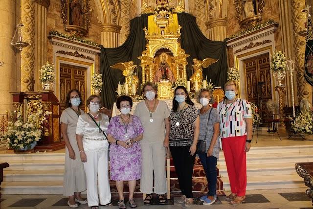 La camarera mayor de la Hermandad de la Patrona, Concha Alarcón, junto a algunas de las camareras de la Virgen.