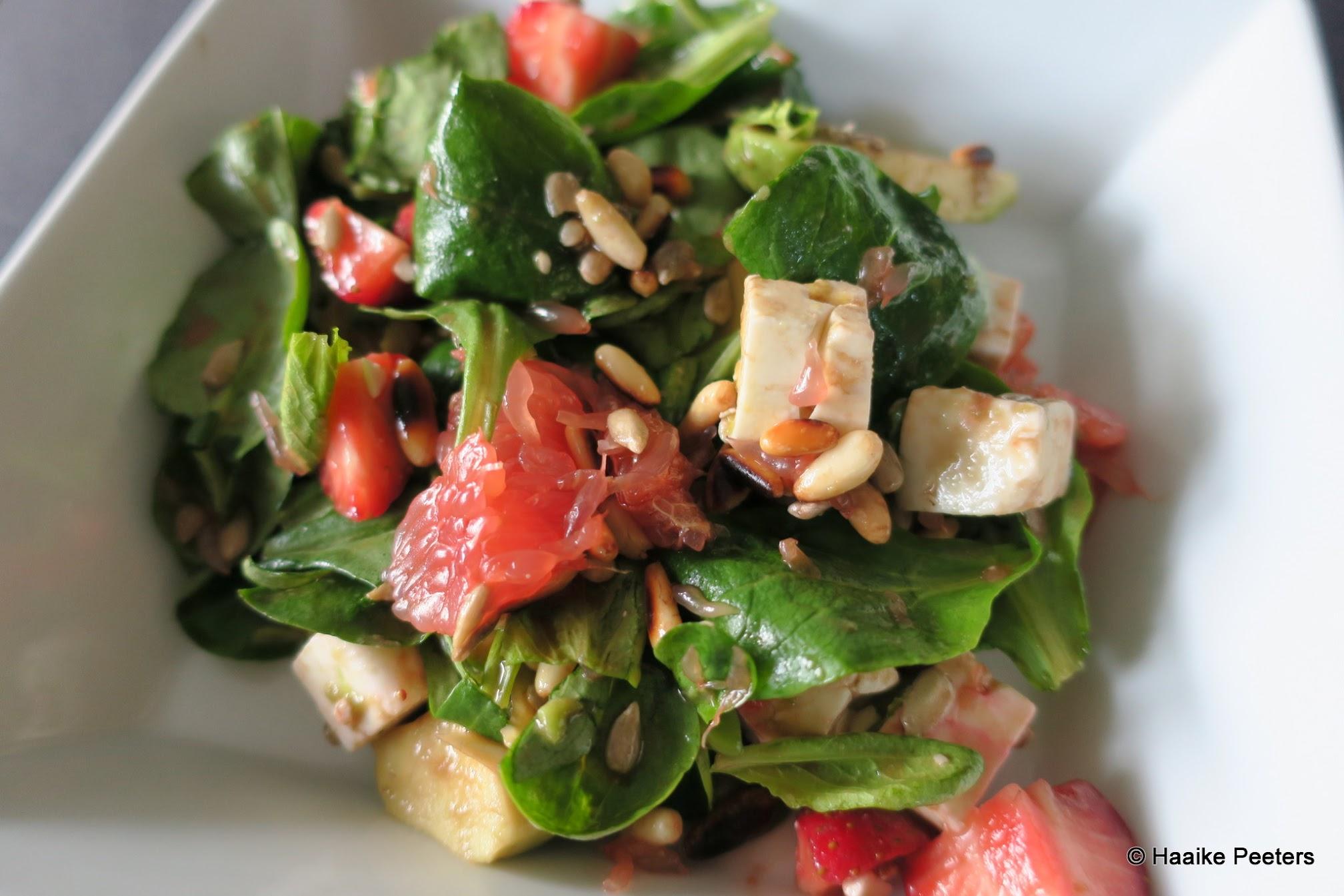 Salade met veldsalade, pompelmoes, aardbei en avocado (Le petit requin)