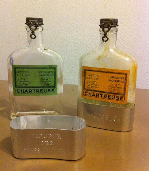 Photo: Les deux font la paire, duo de flasks de Chartreuse, format de poche avec gobelet métallique, période 1950-1955. Et tachez d'imaginer le fumet de curry qui se dégage de la jaune, délirant et épicé !