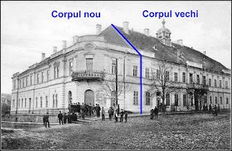 """Photo: """"Clădirea fostei Judecătorii din Turda a fost construită între anii 1795-1806. Temporar în această clădire a funcţionat pe vremuri primăria şi tribunalul oraşului. Inainte de primul război mondial clădirea a fost extinsă, conform fotografiei""""  sursa foto si info. R.C."""