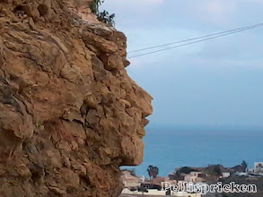 Photo: När vår väg rundar ett hörn ser jag en gubbe. Kanske en stenhuggare som lekt eller enbart väder och vind som slipat till detta?