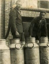 Photo: melkussen: rechts Willem Zandvoort