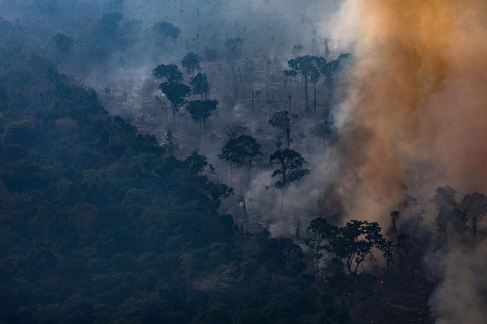 Brasiliaanse oorlogsvliegtuie voer stryd teen woedende Amazon-brande