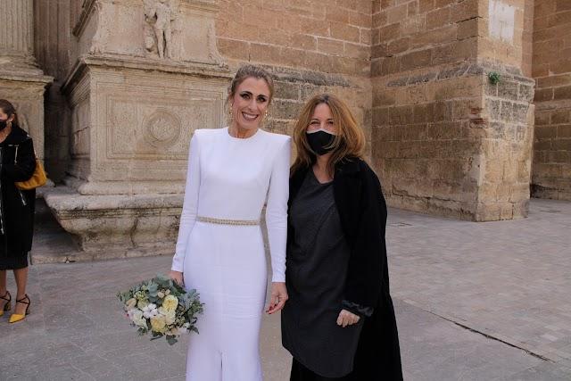 Amalia Ronda junto a Susana Lirola, diseñadora del vestido de novia.