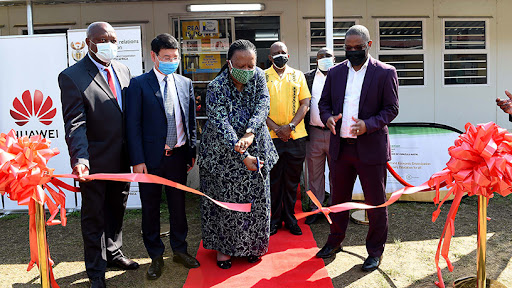 DIRCO minister Dr Naledi Pandor (middle), KZN education MEC Kwazi Mshengu, Huawei SA CEO Spawn Fan, and Siqongweni High School principal Bhekizizwe Dlamini declare the science laboratory and library open.