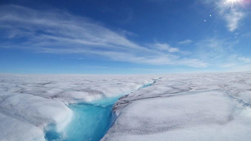 Corriente de agua líquida en un glaciar de Groenlandia