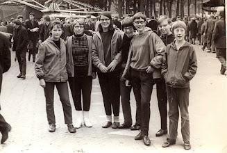 Photo: Zuidlaardermarkt v.l.n.r. Marchie Mennega, Geertje Enting, Rineke Spijkstra, Jannie Wilms, Roelfie Schuiling, Janke Dijkstra en Aaltje Nijhof