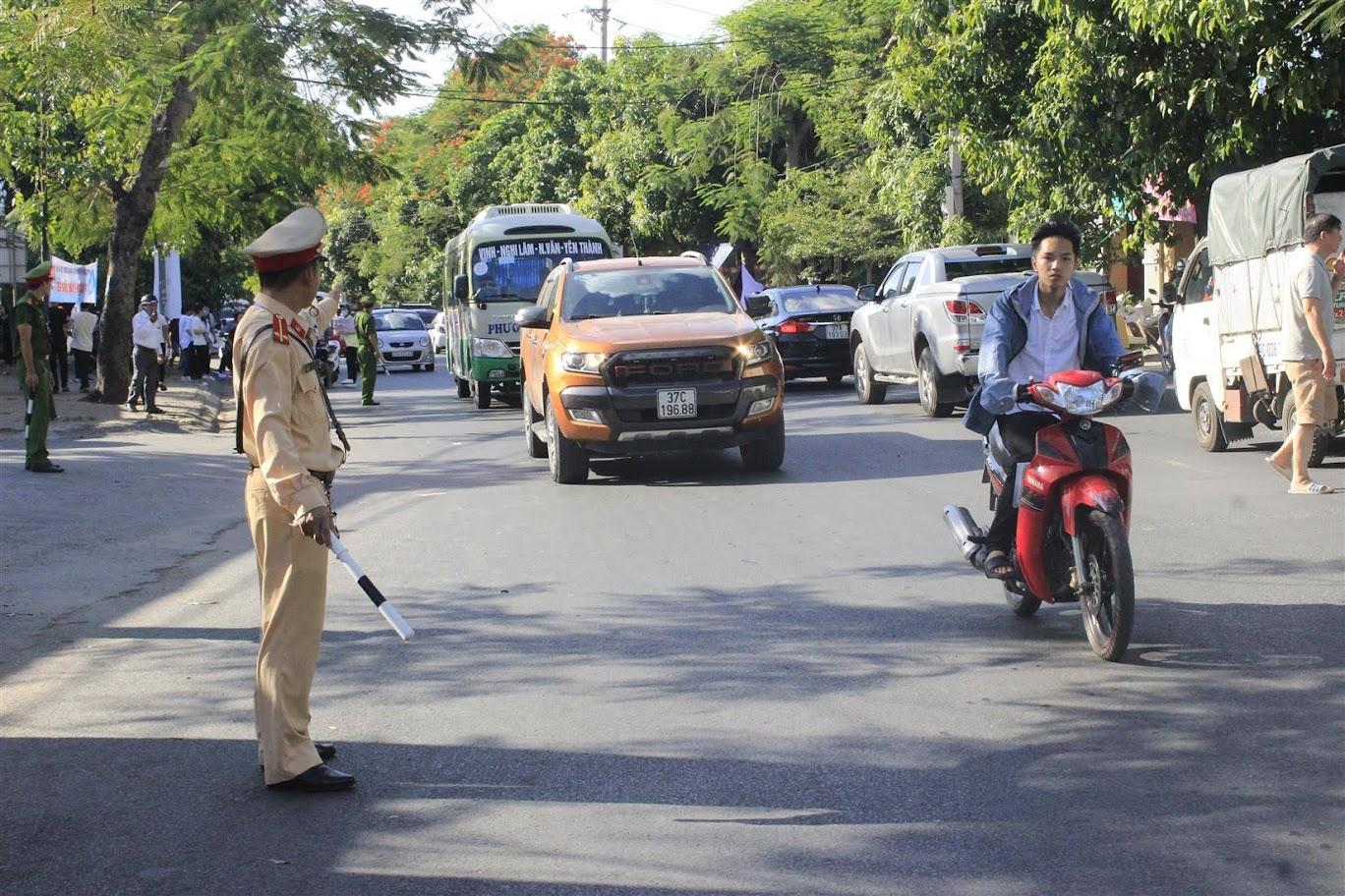 Lực lượng CSGT Công an TP Vinh ra quân tổng kiểm tra đối với xe khách,  xe container và xe môtô, xe máy