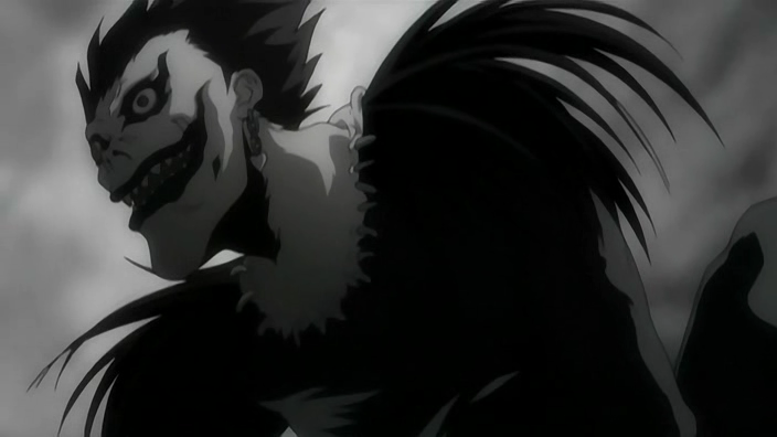 """Photo: Shinigami Ryuk:   Nombre: Ryuk(リューク;Ryūku) Seiyū: Shidō Nakamura Altura: 2,13 m (7 pies 0 pulg) Rango Shinigami: 6 Sexo: Masculino  Ryuk (リューク Ryūku?) es el shinigami que dejó caer el """"Death Note"""" en el mundo de los humanos por puro aburrimiento, posteriormente, la encontraría Light Yagami; él se encuentra con Light, y tal y como las reglas marcan, debe acompañar al portador del libro hasta que el dueño muera. Pero eso no significa que no disfrute su estadía en el mundo humano, al contrario, se entretiene con cada situación nueva que experimenta al lado de Light, sin contar además todas las manzanas jugosas que tiene la oportunidad de degustar, siendo estas su debilidad a aprovechar, con el fin de obtener información u obligar a Ryuk a hacer, o dejar de hacer algo, porque si no las come por un período considerable, sufre el síndrome de abstinencia: su cuerpo se tuerce de una extraña manera. Al principio no le importa nada relacionado con los humanos, pero luego empieza a interesarse mu"""