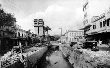 Photo: Colocação dos balaustres que contornam os rios do centro da cidade. Foto da década de 30