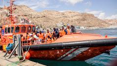 Llegada al puerto de 94 inmigrantes a bordo de la Salvamar Spica