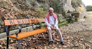 Antonio Bonilla, alcalde de Vícar, sentado en uno de los bancos que se pueden encontrar a lo largo de las rutas.