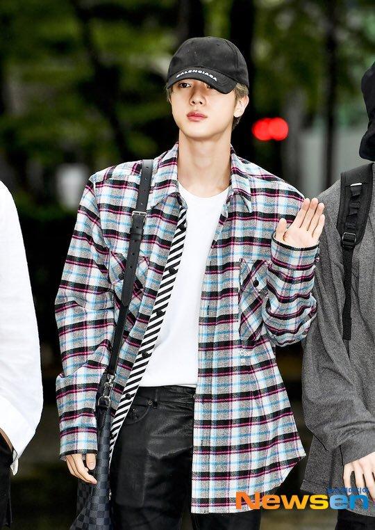 bts jin shoulder4