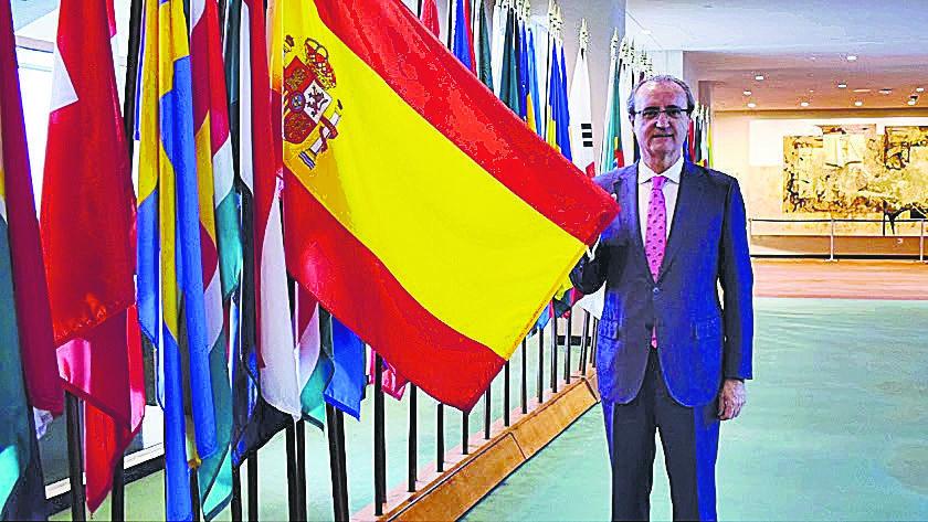 Jesús Miranda Hita, junto a la bandera española, en la sede de Naciones Unidas