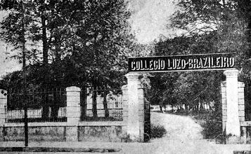 Photo: Colégio Luso-Brasileiro. Funcionou no Palácio Grão-Pará, localizado no Bosque do Imperador. O jardim, visto nesta imagem, abria-se para a Rua do Imperador, no local hoje ocupado pelo prédio dos Correios e Telégrafos. Foto do início do século XX