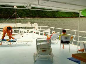 Photo: #021-Le pont supérieur (seul espace fumeur) du Sea Hunter. Cocos 2010