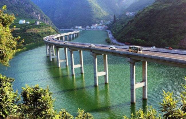 sR fIWgrIXZ1hSRP1YGiFepNDFKnRcRaaD1wuGXkTH4=w650 h418 no - Мост не через реку а вдоль реки