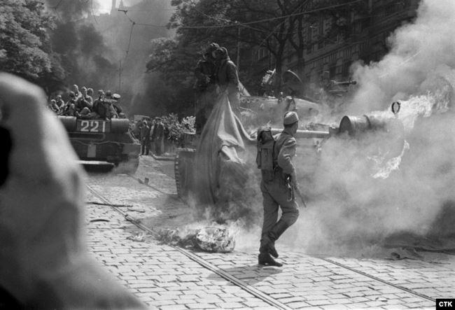 Радянські солдати намагаються загасити палаючий танк, підпалений протестувальниками біля будівлі Чехословацького радіо в Празі. 1968 рік