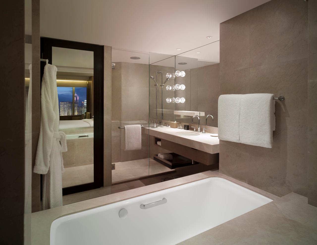 從浴室內可看到海景