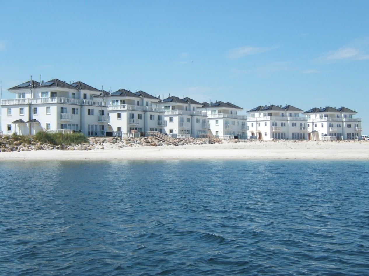 Weiße Strandvillen im OstseeResort Olpenitz