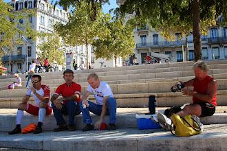 Photo: A présent c'est une pause déjeuner sur les bords du Rhône, très légère car la course est dans 3h seulement. D'ailleurs Daniel et Bertrand sont déjà en tenue de course...