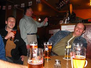 """Photo: Michał jest jeszcze w pracy. Aby nie tracić bezsensownie czasu udajemy się do poleconego przez niego baru """"u Kaski"""". Jest to tradycyjna knajpa kolejarzy - wyborne miejsce, które mieliśmy zaszczyt poznać pół roku wcześniej :) Do stolika zaprasza nas wesoła grupa miejscowych, którzy namawiają do występu """"Pavarottiego"""" (pan w tle) o iście operowym glosie. Byliśmy przekonani, że nowo poznani koledzy robią sobie z jegomościa jaja. Gdy jednak zaspiewał """"blondynki, brunetki"""" to zalegamy z otwartymi szczękami i nie potrafimy się otrząsnąć z wrażenia. Aż szkoda, że waćpan traci swój talent w knajpie..."""