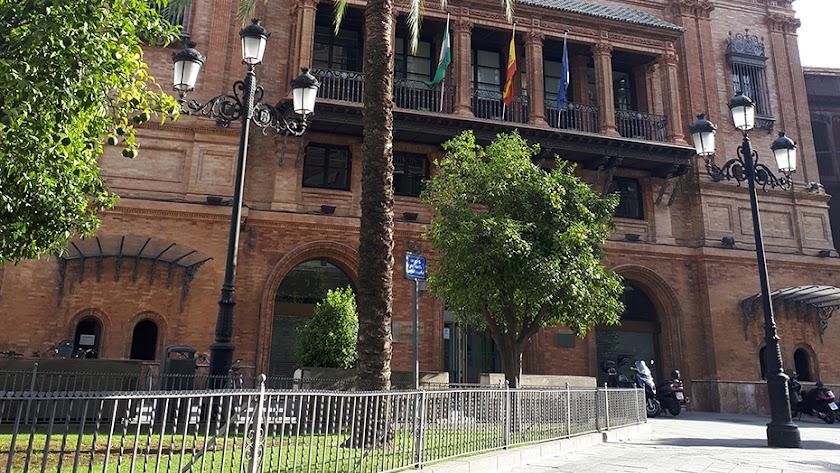 Entrada del edificio Coliseo, que alberga la sede de la Agencia Tributaria de Andalucía.