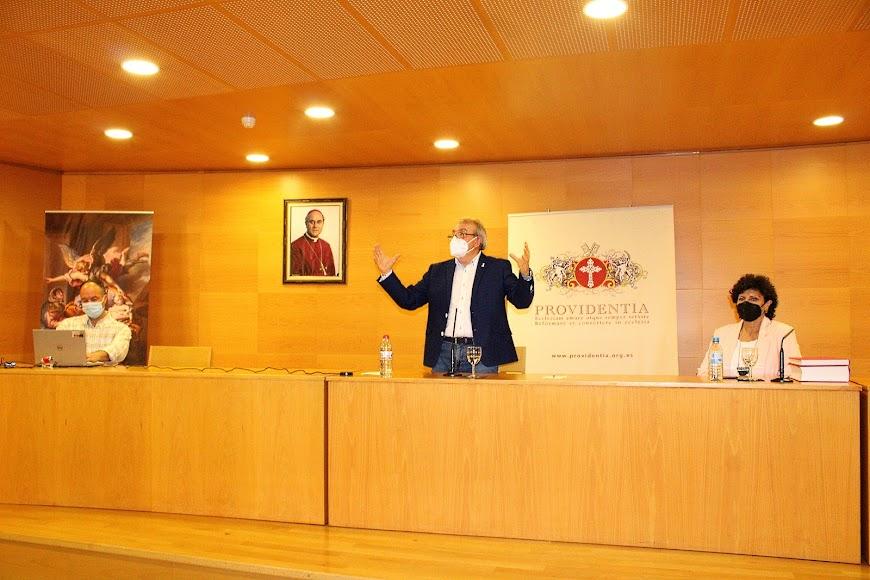 David Llena, el conferenciante, Antonio Bonilla, y la presentadora, Carmen Navarro.