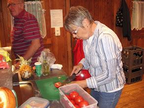 Photo: Die Vizepräsidentin Marliese Plüss beim zubereiten der Salatköstlichkeiten