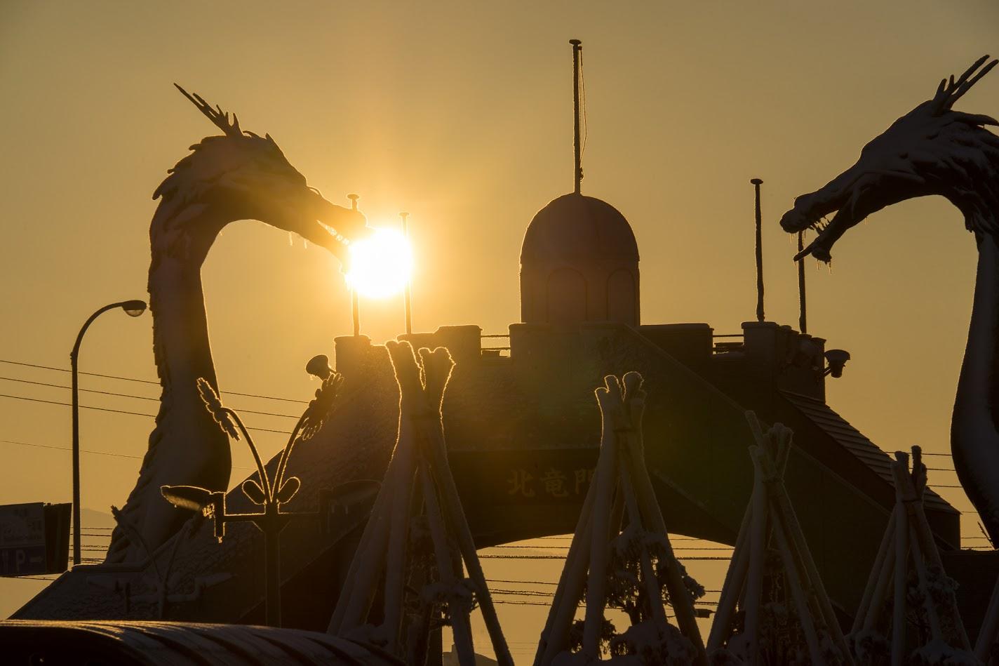 朝の光パワーを深呼吸する北竜門の竜たち