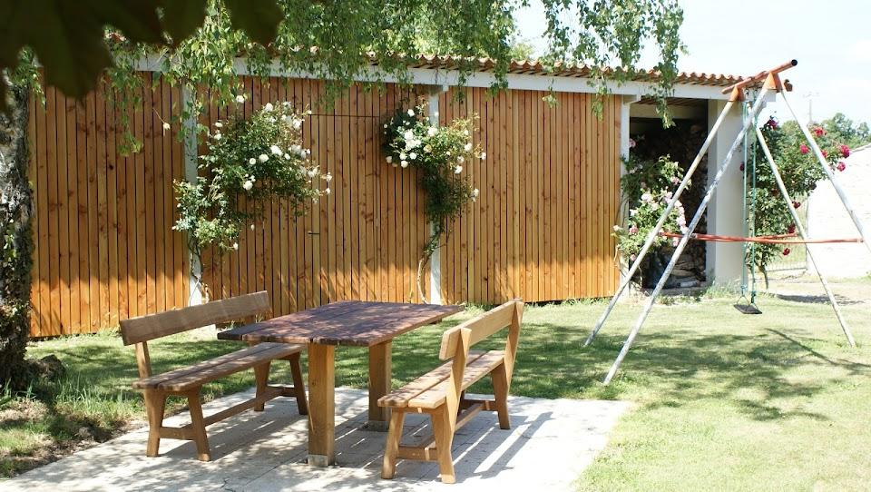 Gîte Le Nid pour 3 personnes à Sugères près de La Rochelle et le Marais poitevin jardin clos paysager ombragé avec table d'extérieur salon de jardin et jeux d'enfants
