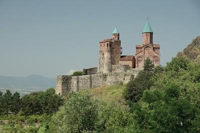 Die Türme der Festung in Gremi sind mit blauen Kacheln gedeckt.