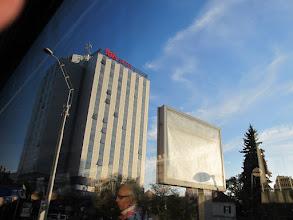 Photo: Rou4HR210-151002Sibiu, hôtel Ibis, façade immeuble vue du bus à l'arrivée IMG_8919