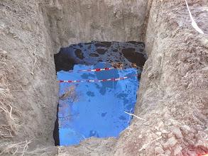 Photo: 12.1.2014 - Kontrolní jímka vyhloubená obcí níže po svahu (asi 100m) aby zachycovala kontaminovanou tekutinu unikající ze skládky f. Enviservis - tato tekutina byla údajně odvážena do speciální čistírny odpadních vod v Brně. Zmíněná tekutina byla tmavě hnědé až černé barvy, silně zapáchala, vykazovala olejovité skvrny a jen těžce šla při potřísnění smýt. — Dekontaminační plocha Rokytí.