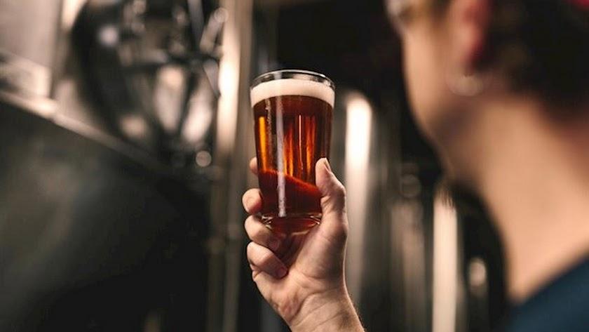 Beber cerveza podría tener efectos positivos para la salud según un estudio.