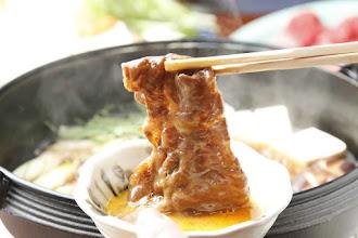 Photo: りんごで育った信州牛 すき焼き 卵をつけてお箸でもってるバージョン1 sukiyaki Special dishes