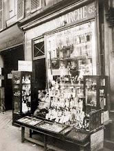 """Photo: Jugueteíra """" Au Bébé Bon Marché """", 63 rue de Sevres ( 7 arr) . 1911 .- EUGÈNE ATGET"""