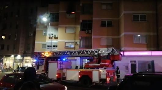 Incendio en Carretera Ronda: una vela prende en un sofá y quema la vivienda