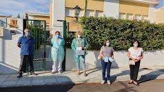 Ediles del PSOE entregan el material a la residencia comarcal.